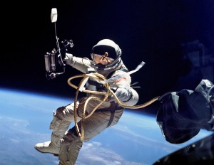 Ed_White_performs_first_U.S._spacewalk_crop